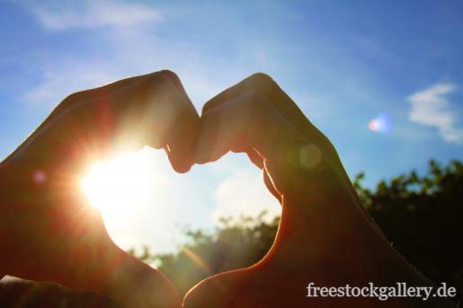 zu einem Herz geformte Hände
